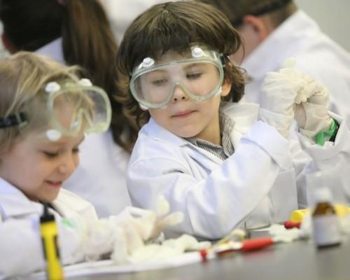 Увлекательные эксперименты: Мир исследователей Henkel приглашает на открытые уроки на выставке Умный ребенок