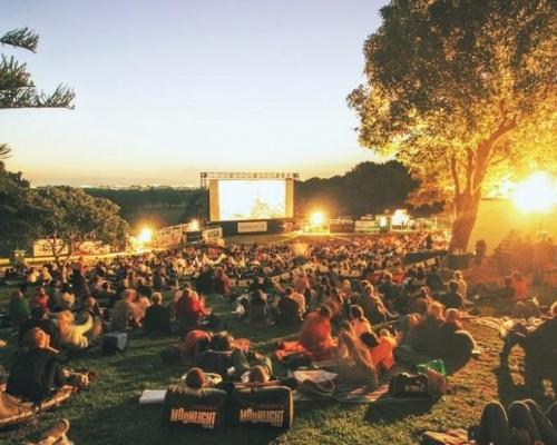 Фестиваль уличного кино под открытым небом в Лето Парке
